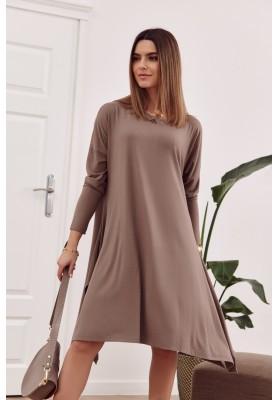 Moderní šaty s rozparkem tvořícím slzu na zádech, hnědé