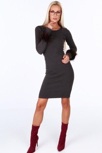 Tmavošedé šaty s dekorativní kožešinou na rukávech 17c3a43ef6